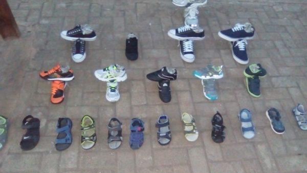 Chaussures exposées au sol