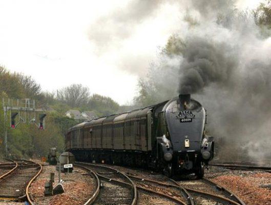 Locomotive dégageant une épaisse fumée.